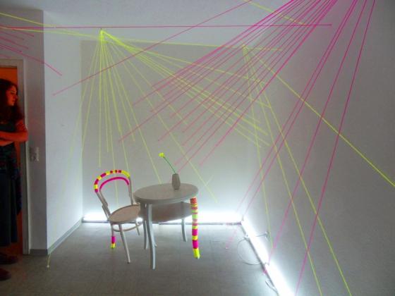 3-2on-Skeptisch-beäugte-Interkultur-Skulptur[Doppelpunkt]-Julia-Sommers-Netz-Installation-mit-Fäden---Foto-USch