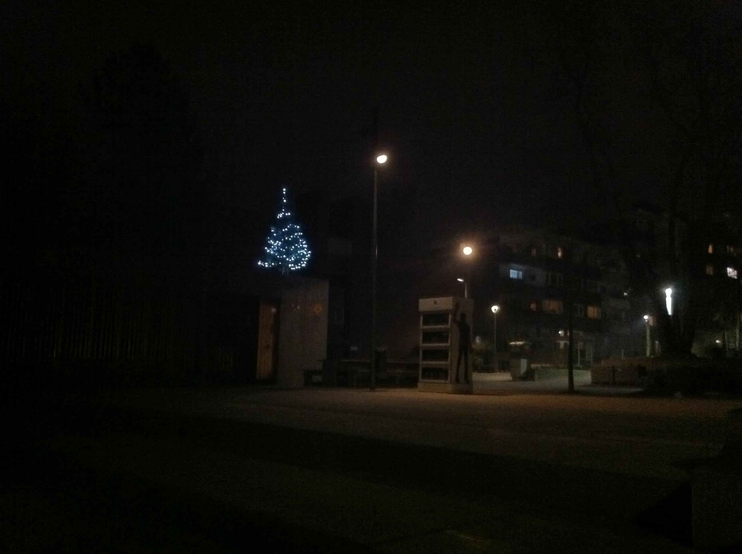 Das Sonnendeck der Hustadt und ein Weihnachtsbaum – der Brunnenplatz